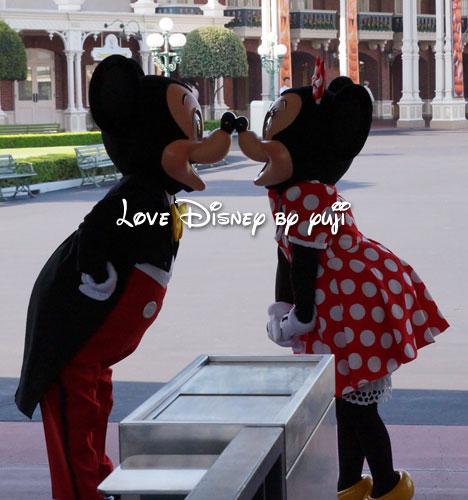 開園前グリーティングミッキーミニーのキス画像 Love Disney