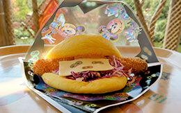 ゴーストの目がプリントされたチーズが特徴的なハロウィーングルメ「チーズ&エビカツサンド」
