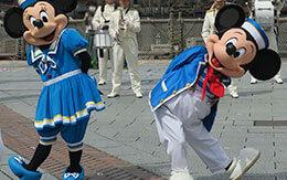 東京ディズニーシー・マリタイムバンドと一緒に登場するミート&スマイル衣装のミッキーとミニー