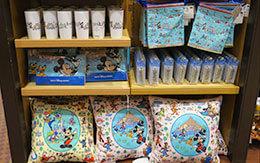 多くのディズニーキャラクターがプリントされた「グッズ&お菓子」紹介